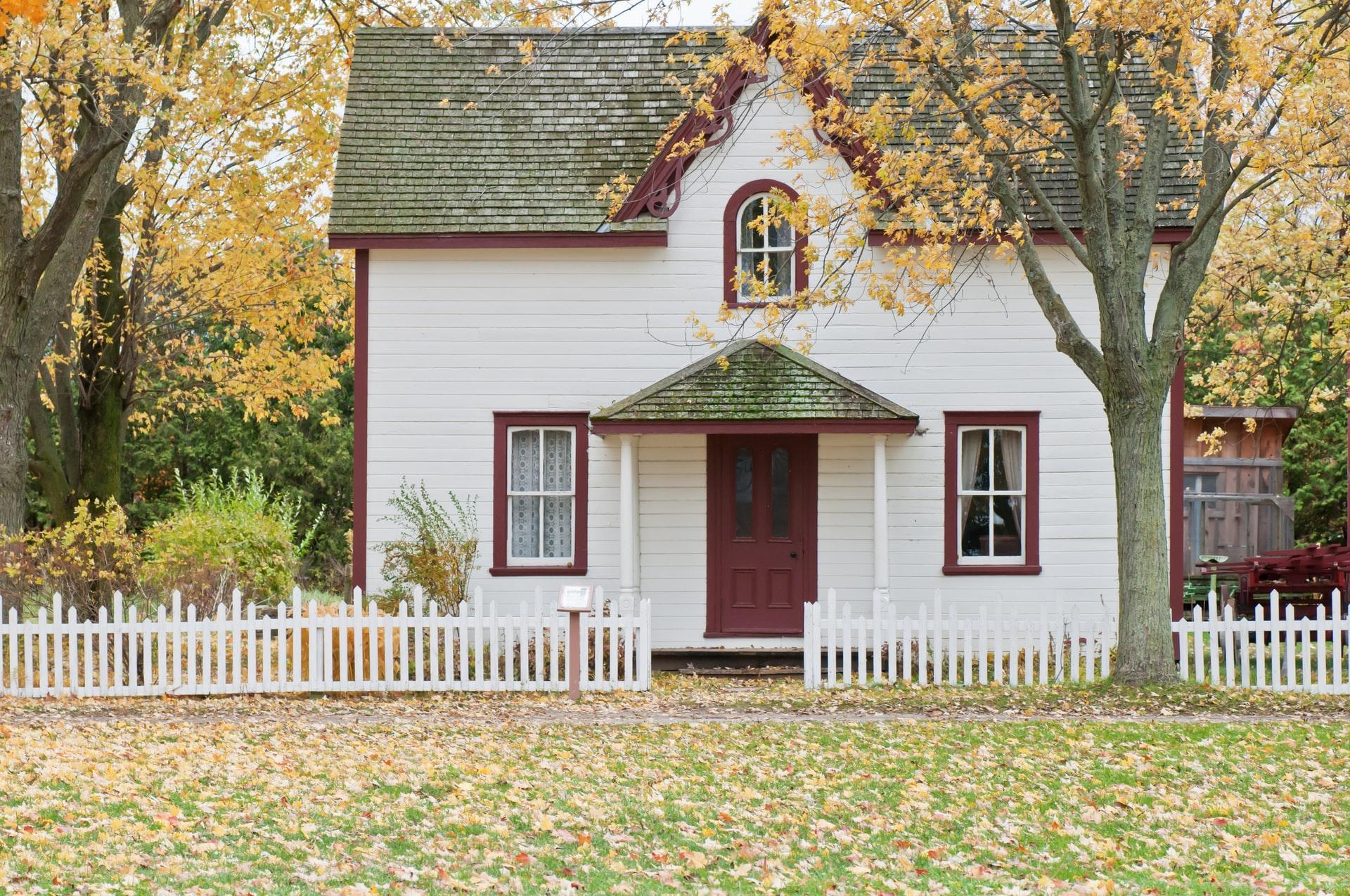 wit rood houten huis